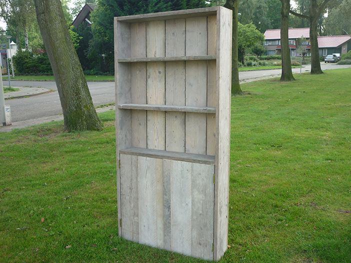 Boekenkast van steigerhout met deurtjes aan de for Boekenkast steigerhout