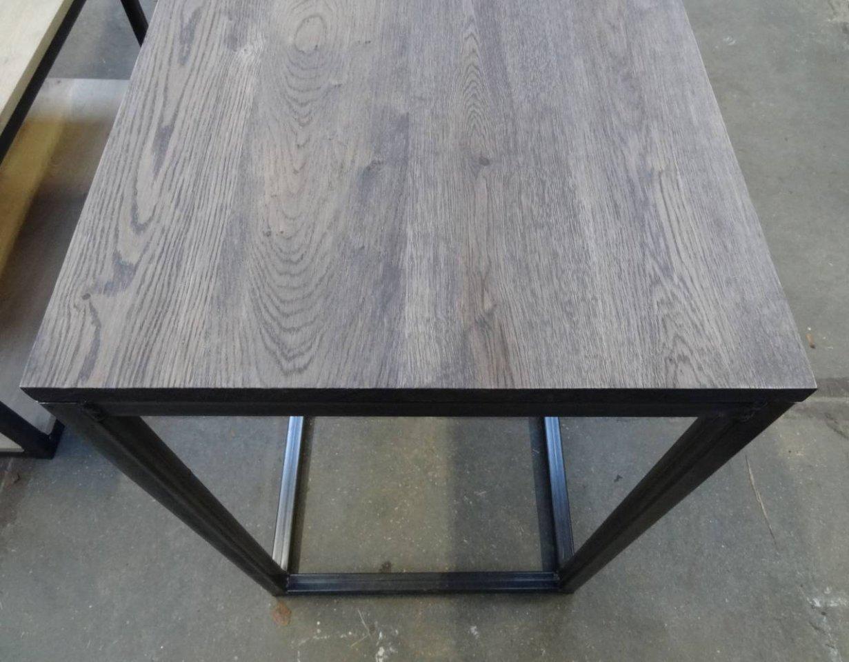 Side table met rustiek eiken blad en stalen open kubus - Winkel kubus ...