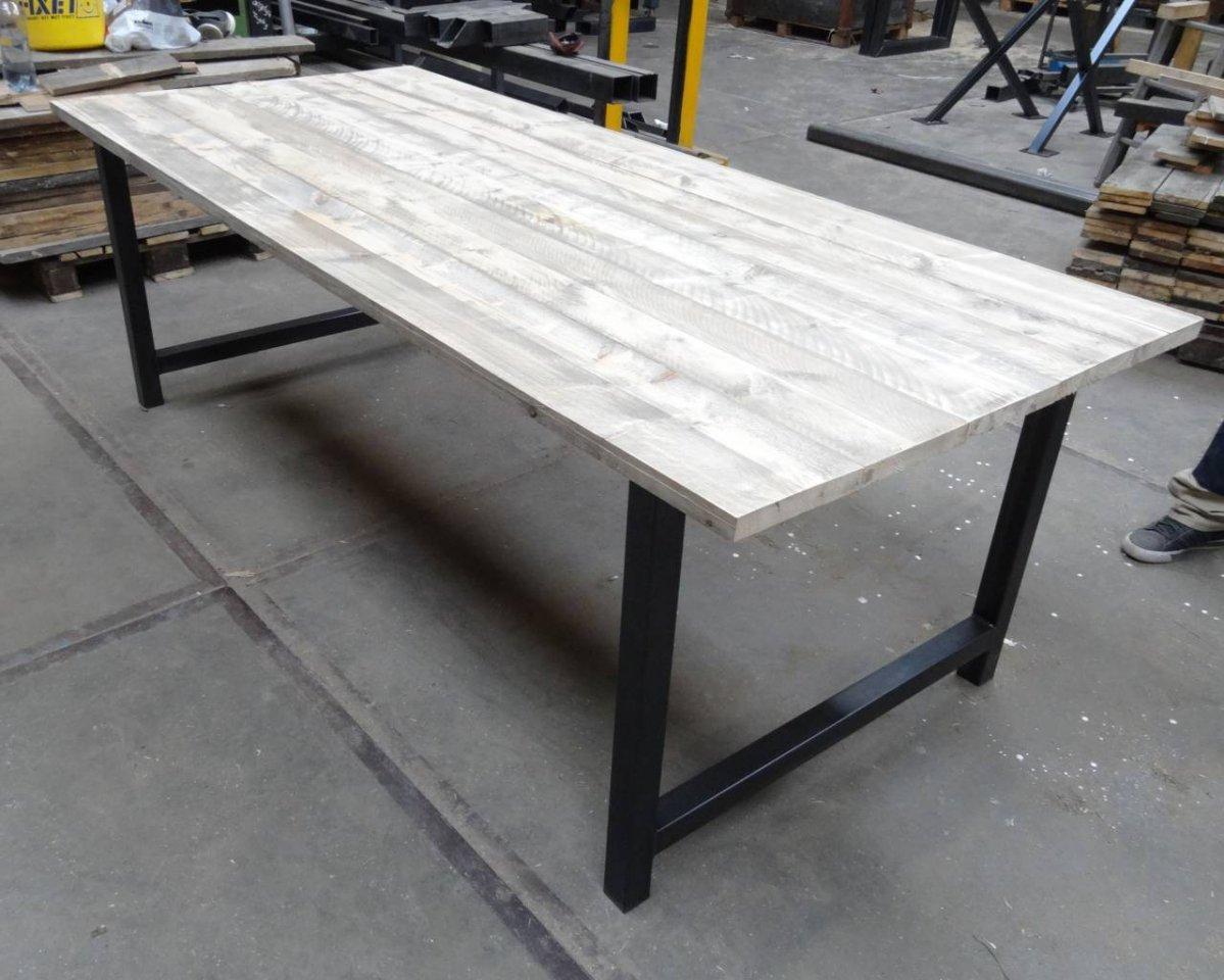 Tafel met steigerhout blad en stalen onderstel met - Tafel met chevet ...