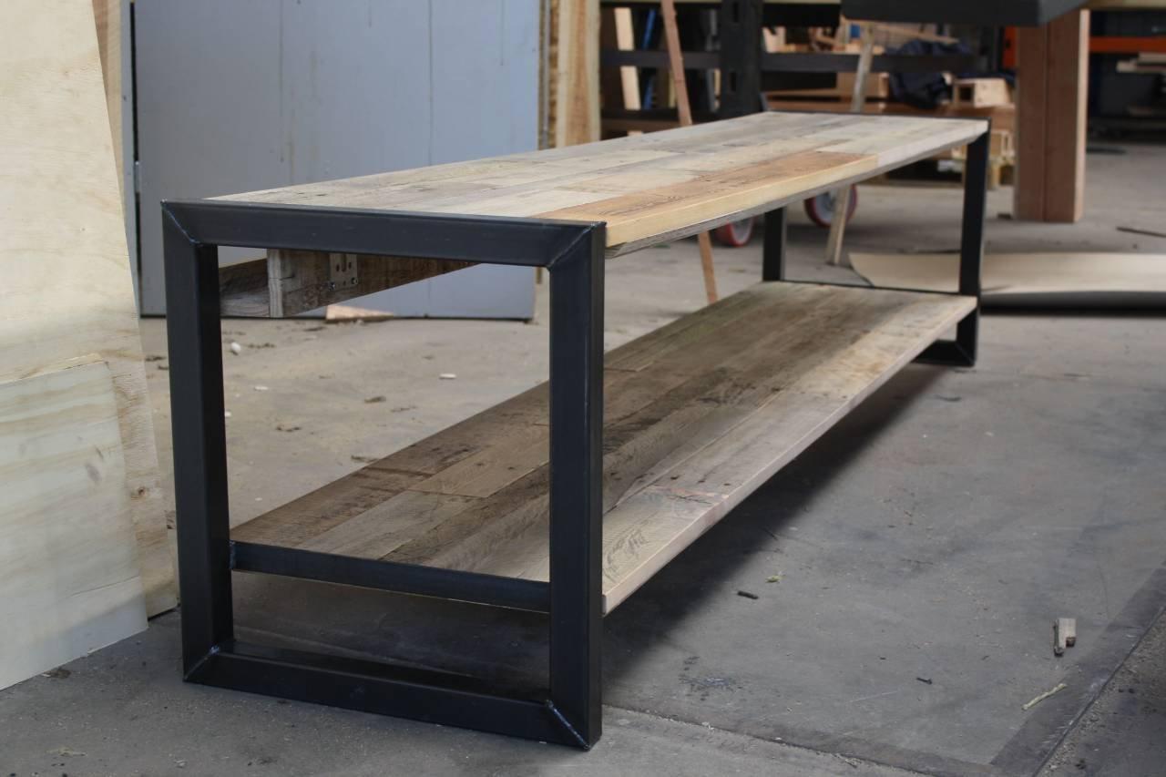 Tv meubel van eiken sloophout met een stalen for Sloophout meubels