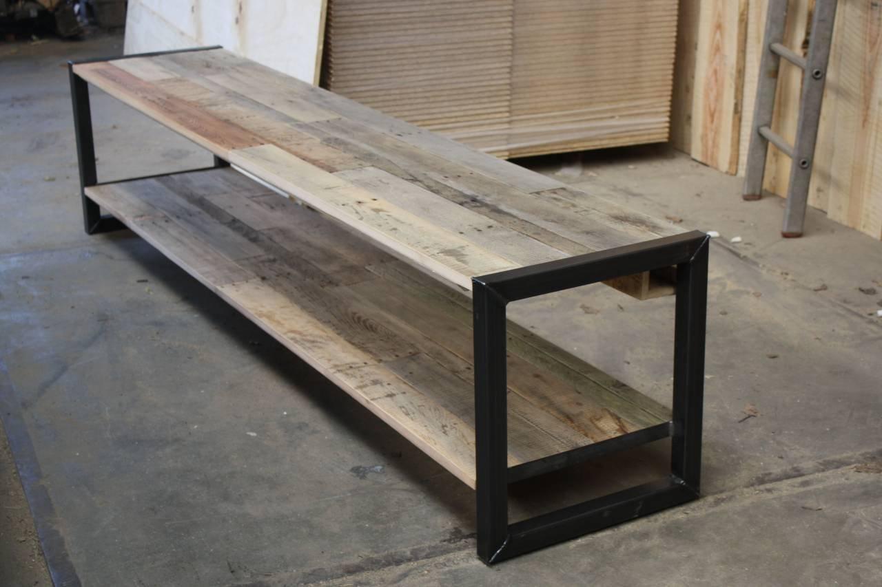 Tv meubel van eiken sloophout met een stalen - Planken maken in een kast ...