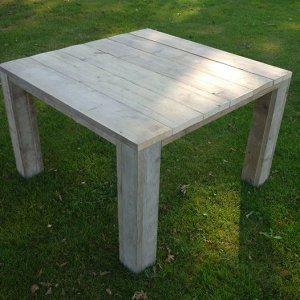 Tafel van steigerhout.