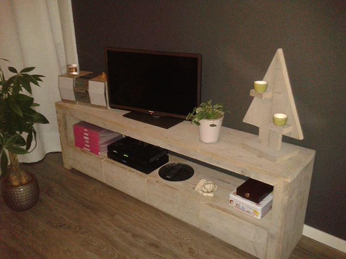 Tv meubel lang van steigerhout for Steigerhout tv meubel maken