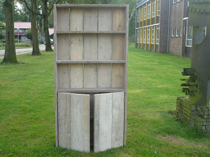 Boekenkast van steigerhout met deurtjes aan de onderzijde for Boekenkast steigerhout