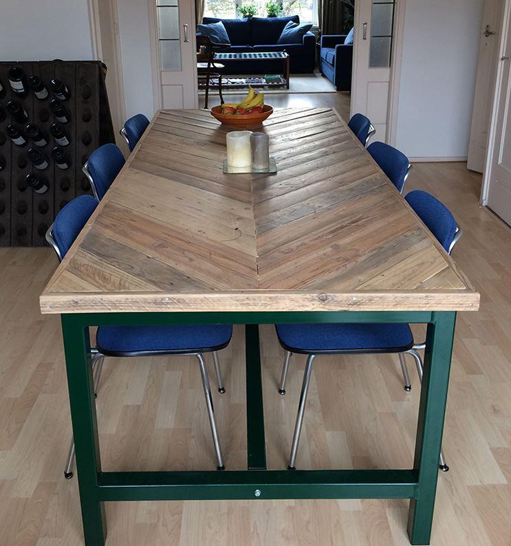 Industriele Tafel Sloophout.Tafel Visgraat Design Tafelblad En Stalen Onderstel Met Trekstang