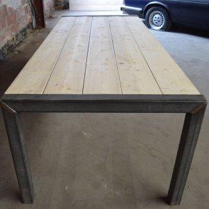 Steigerhout tafel met omgekeerde stalen U-frame