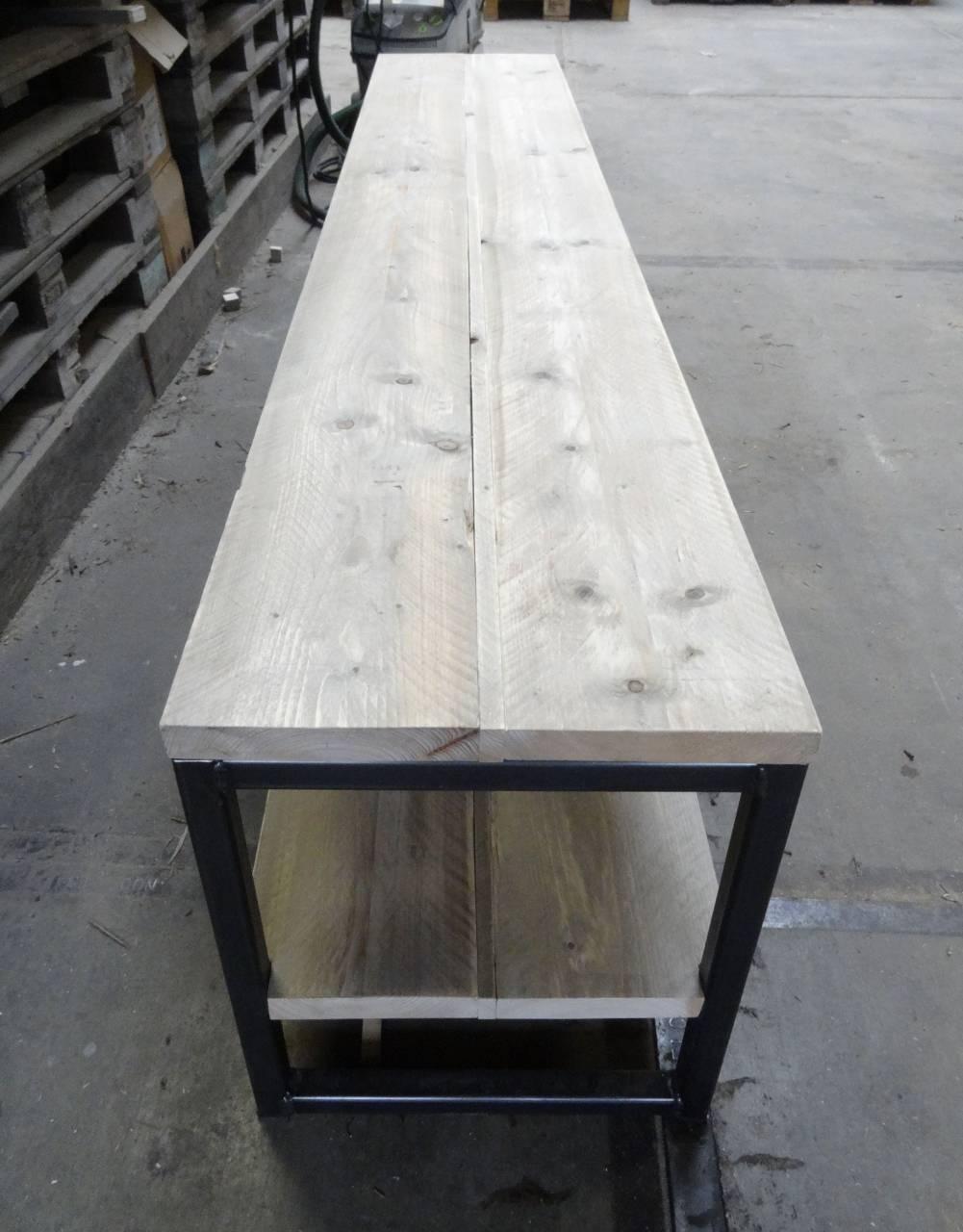 Tv meubel van steigerhout met een stalen frame for Steigerhout tv meubel maken