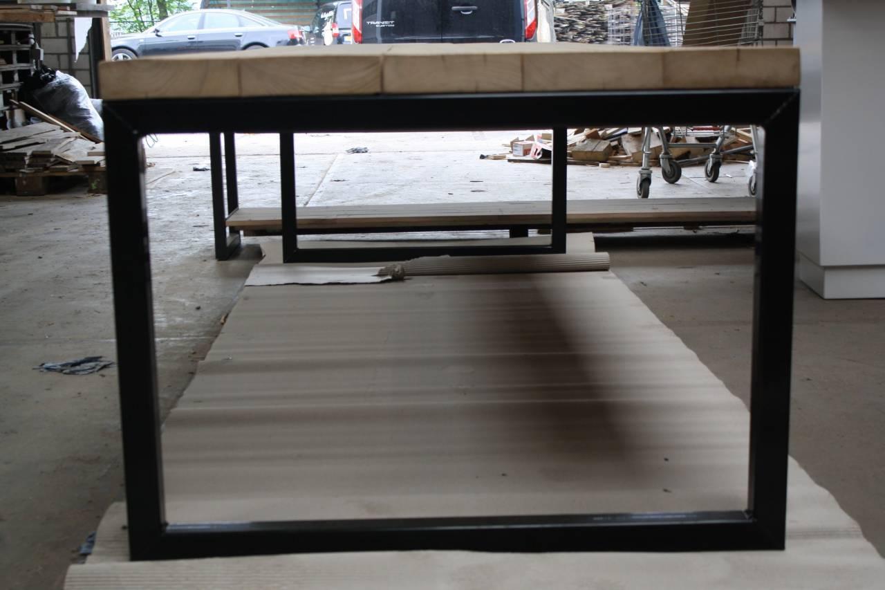 Oude balken blad met stalen O-frame